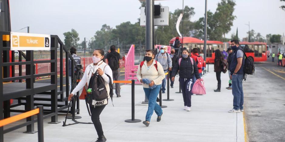 Usuarios toman la línea emergente del Metrobús en Tláhuac.
