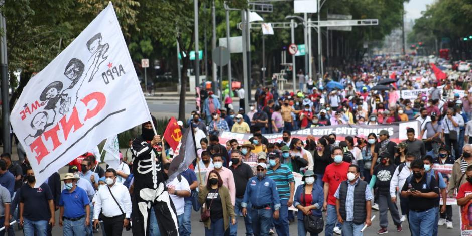 Maestros de la CNTE y padres de los 43 normalistas de Ayotzinapa marcharon este miércoles.