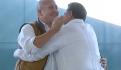 Enrique Alfaro y Carlos Lomelí se abrazan a petición de AMLO