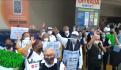 Adultos mayores protestan frente a las oficinas de Walmart, en CDMX, este martes.