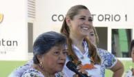 Reyna Marlene Catzín Cih (sosteniendo el micrófono).