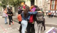 Abrazo entre mujeres afuera de la Comisión Nacional de Derechos Humanos del Centro Histórico