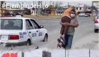 Hombre carga a su madre