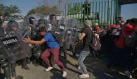 Migrantes de caravana rompen diálogo con autoridades y GN los contiene una vez más