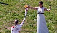 Sin público encienden llama olímpica; el COI mantiene en pie los Juegos