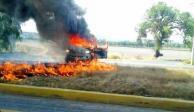 Bloquean carreteras a Celaya con vehículos incendiados