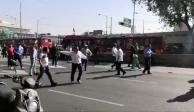 Policías y taxistas chocan en Insurgentes Norte