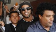 Ronaldinho graba un video desde la cárcel y presenta a su compañero