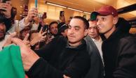 """""""Chicharito"""" llega a Los Ángeles y es recibido como estrella de Hollywood"""