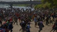 Migrantes cruzan por la fuerza a México por el río Suchiate