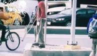Captan a hombre con muletas caminando normal y usuarios enfurecen (VIDEO)