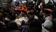 Padres de niños con cáncer entran al AICM y se enfrentan con policías