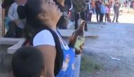 Mujer le lleva caguama a un hombre para evitar que se suicide