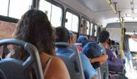 Atrapan a mujer por robar celular en camión y llora para que la dejen ir (VIDEO)