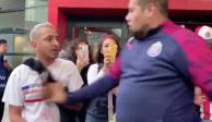 Seguridad de Chivas agrede a aficionado que pide sudar la camiseta (VIDEO)