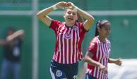 Palafox, delantera de Chivas, sostiene material de prácticas con la barbilla