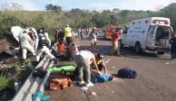Suman 81 migrantes lesionados por volcadura de camión