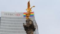 HSBC iza bandera multicolor en torre corporativa; celebra inclusión