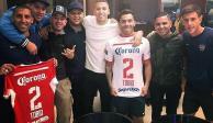 CarlosTévezse enfunda la playera de los Diablos Rojos del Toluca