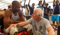 Richard Gere lleva comida a inmigrantes rescatados en altamar