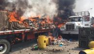 Policías venezolanos queman camiones que transportaban ayuda humanitaria