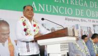Héctor Astudillo entrega apoyos y equipos en la región de La Montaña