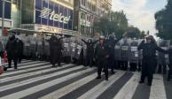 Policías con escudos antimotines ven desmanes, pero no actúan
