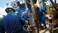 Baja 2% barril del petróleo por guerra comercial