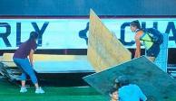 Jugadoras de Xolos y Pachuca retiran escenario para dar inicio a su partido