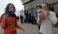 VIDEO: Youtuber come cabeza de cerdo cruda y reta a veganos