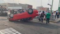 Vuelca auto sobre Eje Central, atrás del Palacio de Bellas Artes