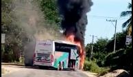 Incendian 3 autobuses y bloquean la carretera Zihuatanejo-Acapulco en Petatlán