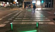 """Instalan semáforos led para usuarios """"zombies"""" de celular"""