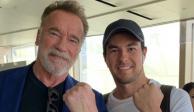 Checo Pérez posa en Australia con el actor Arnold Schwarzenegger