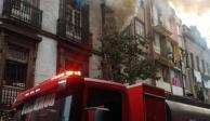 Bomberos laboran por incendio de edificio en la colonia Centro