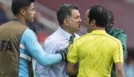 ¡Se volvió loco! Juan Carlos Osorio agredió a un árbitro