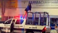 Una-mujer-subió-al-toldo-de-una-camioneta-patrulla-de-la-Policía-Estatal-de-para-bailar-Perreo-en-el-municipio-de-Poza-Rica.