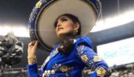 Ana Bárbara se equivoca al cantar himno en juego de NFL (VIDEO)