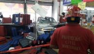 Confunde freno con acelerador y termina dentro de una tienda