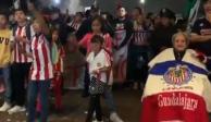 VIDEO: Afición de Chivas lleva serenata a su equipo