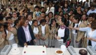Sheinbaum festeja cumpleaños entre alumnos de secundaria en Cuajimalpa