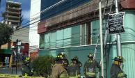 FOTOS: Cae fachada en la CDMX y dos mujeres resultan lesionadas