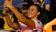 FOTO: Aficionado aprovecha selfie para tocarle los senos a jugadora