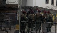 En medio de crisis política, militares desalojan a periodistas de palacio de Gobierno en Ecuador