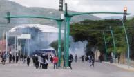 Normalistas enfrentan a policías y queman vehículo en Chiapas (FOTOS)