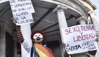 """Con """"Sexo, tierra y libertad"""", comunidad LGBT se manifiesta en Bellas Artes"""