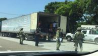 Hallan en Oaxaca a 48 migrantes hacinados en un tráiler