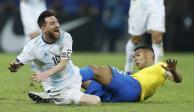 Árbitro que Messi acusó de faltarle el respeto, habla sobre Brasil-Argentina