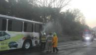 Se incendia autobús en el que viajaban turistas poblanos