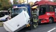Chocan Metrobús y camión de refrescos en colonia Lindavista